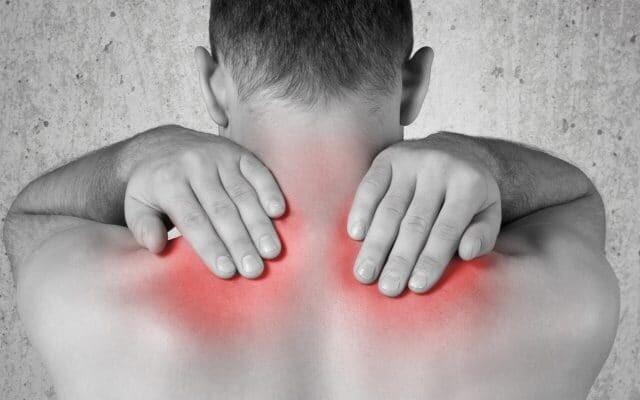 Mann mit Schmerzen im Nacken